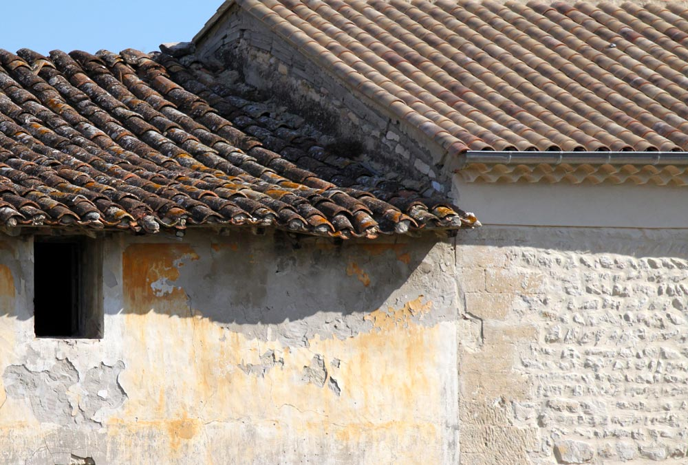 old-and-new-roof-in-Tuscany